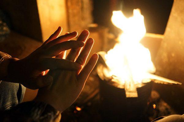 Sưởi ấm tay chân bị lạnh bên đống lửa là một thói quen xấu ảnh hưởng đến sức khỏe